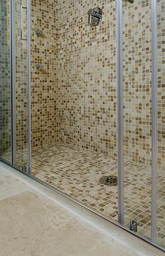 Mosaico in travertino nella doccia di una camera di Hotel a Firenze