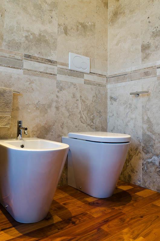Mattonelle per bagno in travertino chiaro - Pavimento in legno per bagno ...