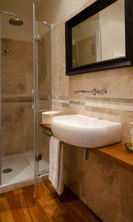 Come scegliere rivestimenti per bagno - Bagno travertino ...