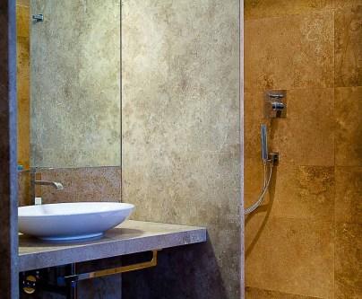 rivestimenti in travertino per bagno di hotel a firenze
