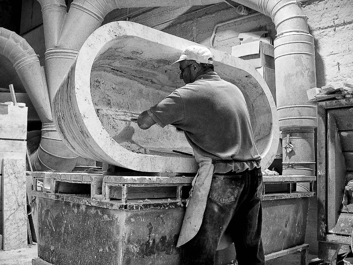 Lavorazione del travertino, realizzazione vasca da bagno in massello