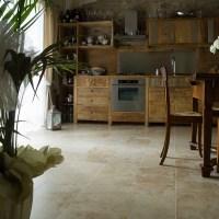 Casa colonica nella campagna toscana a Impruneta, pavimenti in travertino