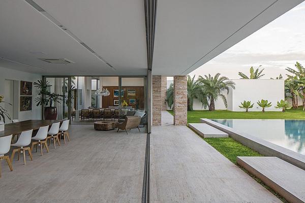 interni in travertino di villa in brasile