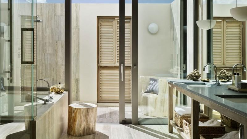 bagno di camera nel resort viceroy anguilla con pavimenti e rivestimenti in travertino
