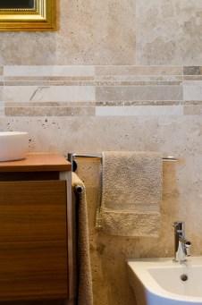Travertino e legno per rivstimento in pietra di un bagno