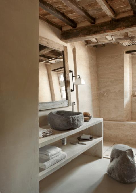 bagno-travertino-chiaro-lavabo-in-pietra-Hotel-Monteverdi-Suite