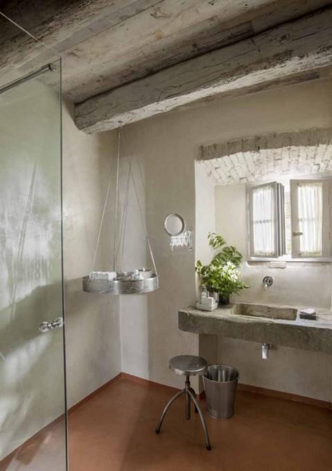 bagno con piano in pietra rustico campagna toscana