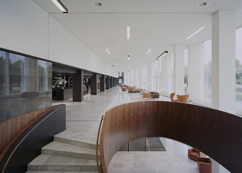 ristrutturazione interni edificio a rotterdam pavimenti in marmo scala legno