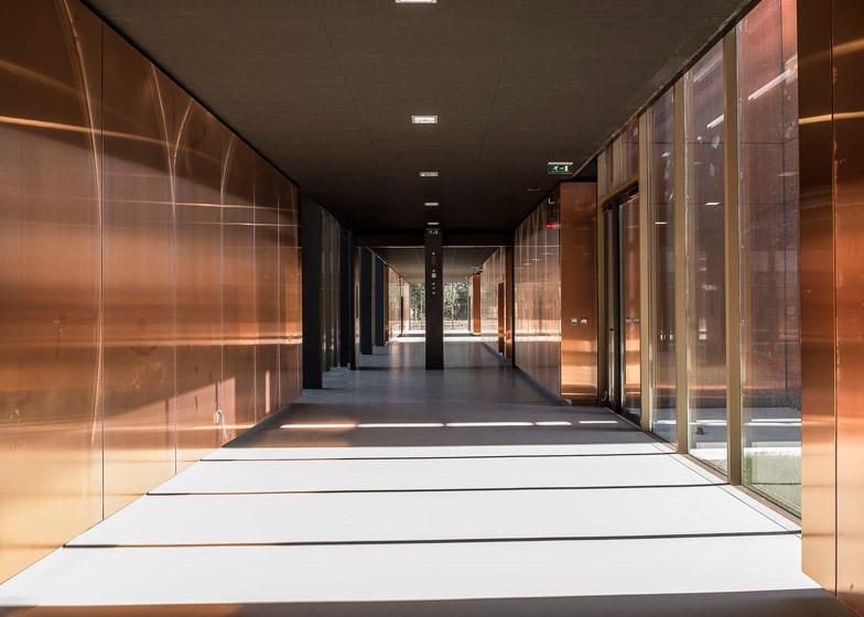 corridoi rivestiti in rame progetto scuola labrthe sur leze lcr architetti