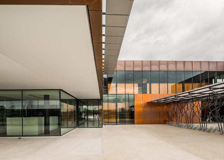 facciata rame scuola media labarthe sur leze studio lcr architetti
