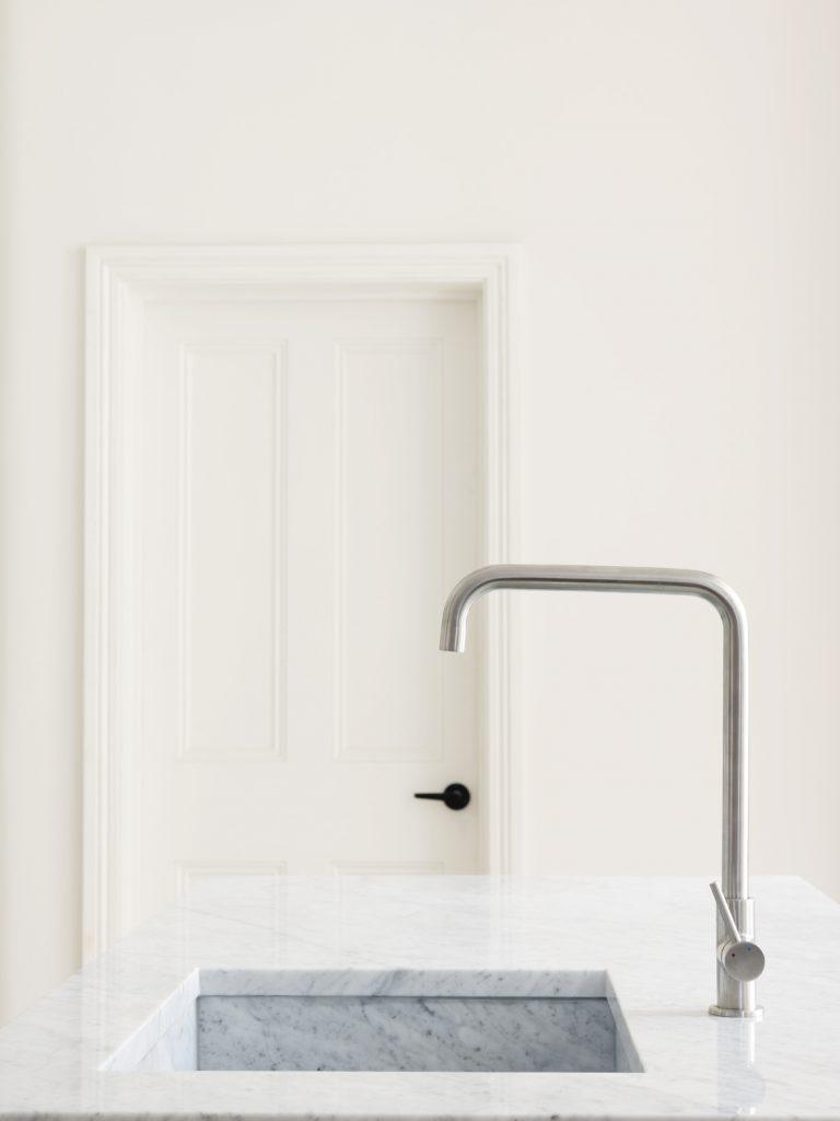 studio-maclean-cucine-piano-lavabo-marmo-marble-countertop-kitchen-sink
