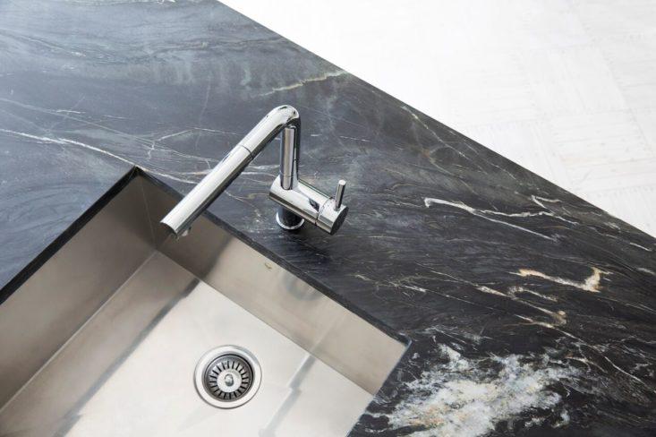 piano cucina quarzite nero rubinetteria blanco stile interior moderno