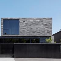 Residenza con rivestimenti esterni in pietra lavica