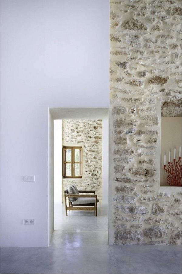 interni rustici con mura in pietra