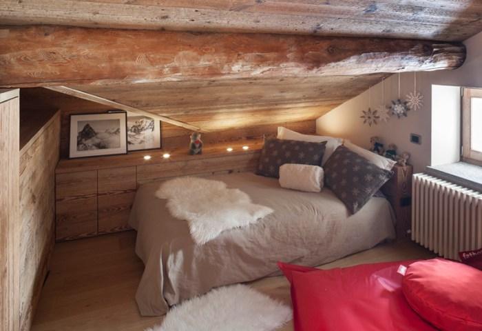 piccolo chalet di montagna con rivestimenti e mobili su misura in legno