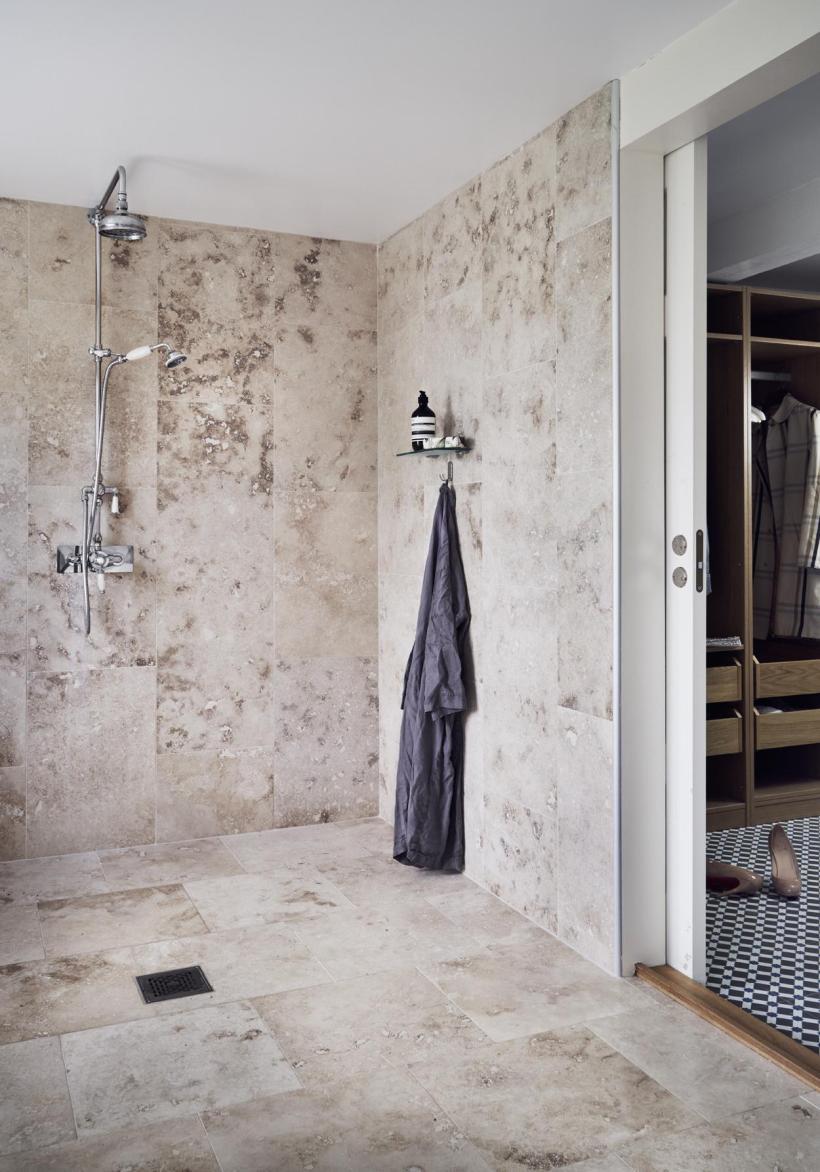 bagno con pavimenti e rivestimenti in travertino