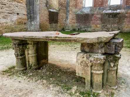L'altare della suggestiva Abbazia di San Galgano