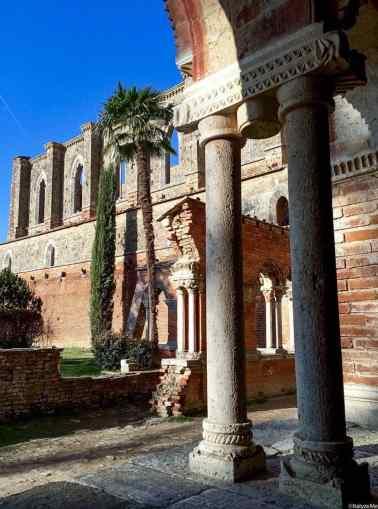 I resti del colonnato esterno all'Abbazia di San Galgano
