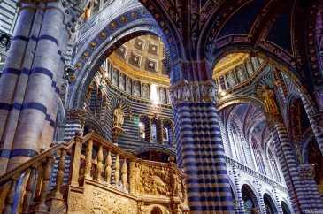 L'altare con sopra la volta stellata all'interno del Duomo di Siena