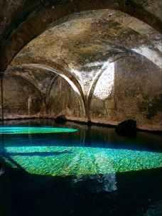 Splendidi riflessi sull'acqua della fonte di Fontebranda a Siena