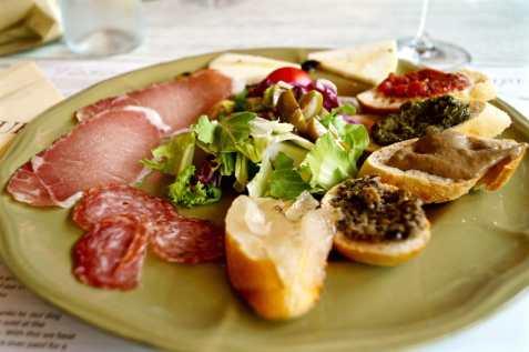 Antipasto a base di tartufo e prodotti tipici toscani