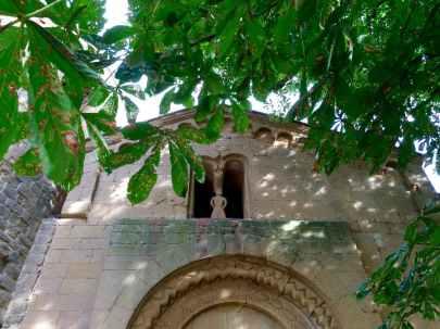 Dettaglio della bifora con la sirena nella Pieve di Corsignano