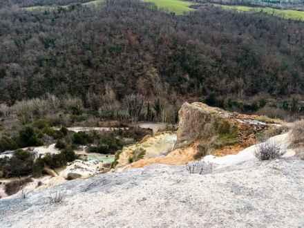 Le acque termali si gettano dal colle di Bagno Vignoni verso il fiume Orcia