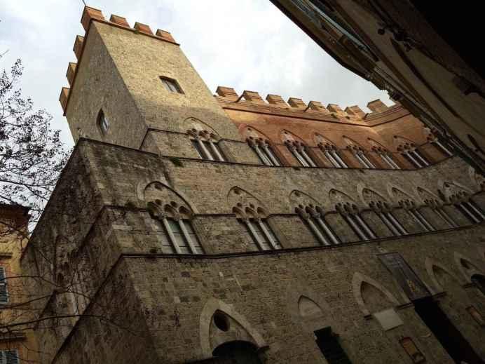 Palazzo Chigi, come quasi tutti gli altri palazzi nobiliari, era dotato di un proprio sistema idrico privato