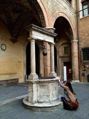Il pozzo interno al cortile di Palazzo Chigi