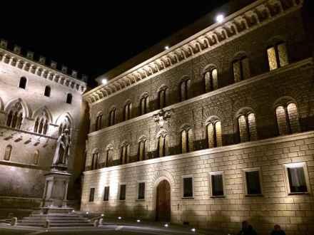 Piazza Salimbeni in notturna
