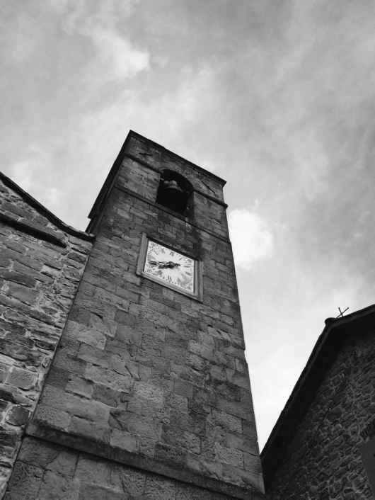 Il campanile della Chiesa di Cetica in Casentino, immersa nel versante boschivo del Pratomagno