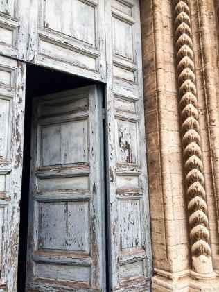 Dettagli del portale gotico della Chiesa di San Francesco a Lucignano