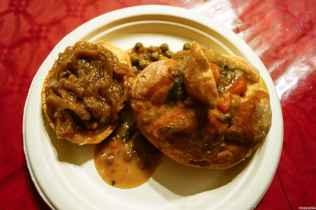 Un piatto semplice e saporito dalle taverne torritesi: la ribollita servita dentro una pagnotta ed accompagnata dal crostino di cipolle