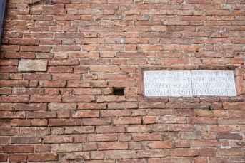 Nodo di Salomone sulla facciata della Chiesa di Santa Flora e Lucilla