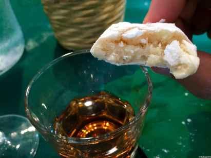 Ed ora godetevi i ricciarelli con un buon bicchiere di Vin Santo toscano!