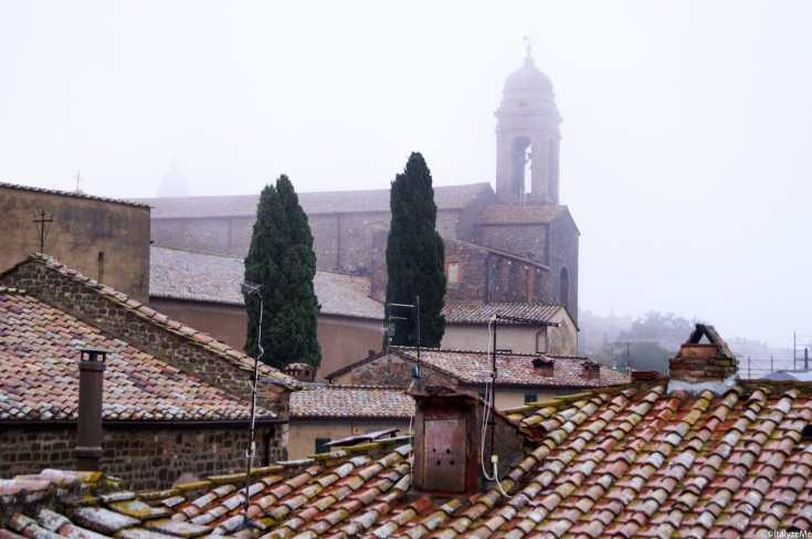 Il duomo di Montalcino avvolto nella nebbia di ottobre
