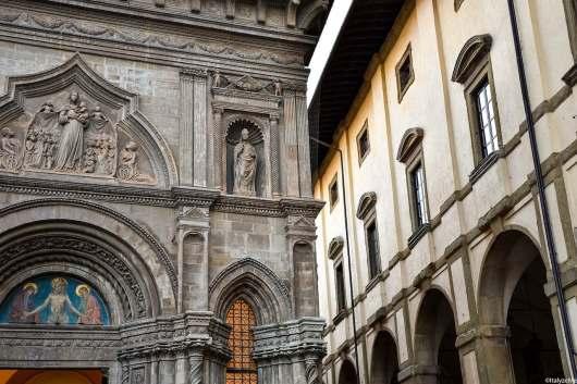 Uno scorcio del Palazzo della Fraternita dei Laici, accanto alle Logge Vasari in Piazza Grande ad Arezzo