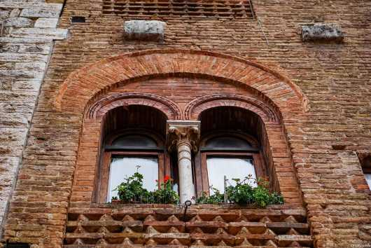 La finestra di un palazzo di Piazza della Cisterna, affacciata proprio sopra la Lunetta del vecchio Olmo