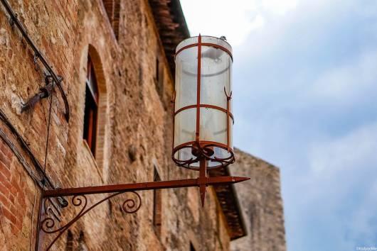 La suggestiva ed a tratti scenografica illuminazione di Piazza della Cisterna a San Gimignano: un altro dettaglio che ci ha fatto innamorare di questa cittadina toscana!