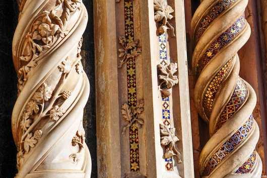 La decorazione delle colonne del Duomo di Orvieto, a base di foglie di quercia, ghiande ma anche tralci di vite e grappoli