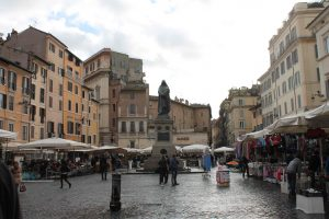 La estatua de Giordano Bruno en Piazza Campo dei Fiori en Roma, recuerda el filósofo italiano quemado vivo por la Iglesia