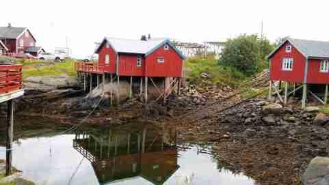 2 h du matin, Sørvågen avec ses « rorbu » maisons de pêcheurs, sur pilotis, cités dans les récits des Vikings.