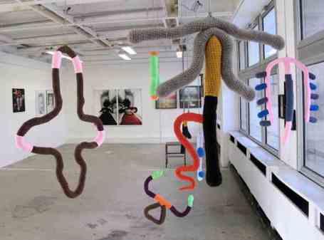 Installation de mobiles en laine représentant des stérilets par Lewen ZHONG