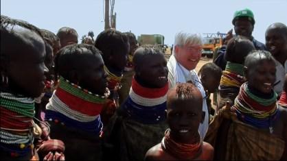 Alain Gachet fêté par la population lors de l'ouverture du puits.