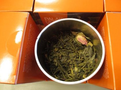 thé vert et thé noir délicieusement parfumé, aux notes amandées et vanillées, qui évoque la fleur de Tiaré, le lait d'amande et le jasmin