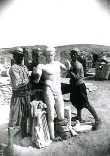 20 - Exhibition du Diadumène (Délos, vers 100 av. J.-C., copie d'un original de Polyclète, Ve s. av. J.-C.), au sortir de la fouille_preview