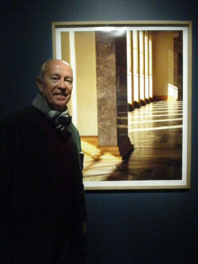 Jean-Christophe Ballot devant une de ses oeuvres