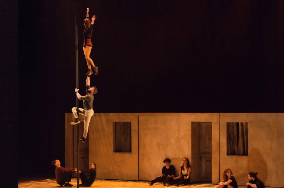 © Alexandre Galliez Julien portant sa partenaire qui enchaîne les acrobaties avec grâce.