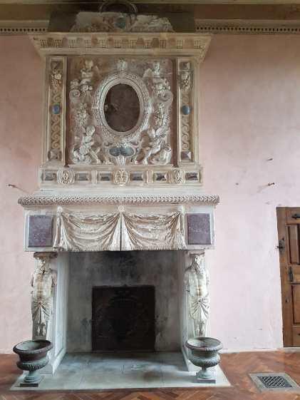 Cheminée dans le château du Pailly