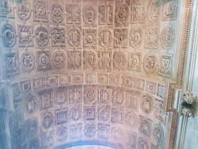 Les moulures du plafond de la chapelle d'Amoncourt reprennent la géométrie du carrelage au sol